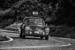 PESARO COLLE SAN BARTOLO WŁOCHY, MAJ 17, 2018 - PORSCHE 356 A 1500 GS CARRERA 1956 na starym bieżnym samochodzie w zlotnym Mille  Zdjęcia Royalty Free