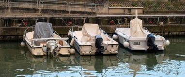 Pesaro, Itália - 16 de outubro de 2016: Barcos de motor no cais no mar Imagem de Stock