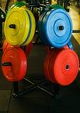 Pesas de gimnasia coloreadas en el gimnasio Fotos de archivo