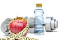 Pesas de gimnasia con una manzana y un tipo de medición Fotografía de archivo