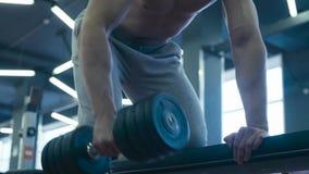 Pesas de gimnasia de elevación del hombre muy fuerte almacen de video