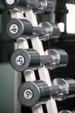 Pesas de gimnasia del cromo en una fila Fotografía de archivo