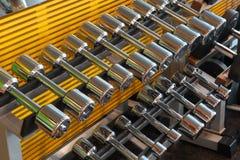 Pesas de gimnasia del metal en un soporte foto de archivo libre de regalías