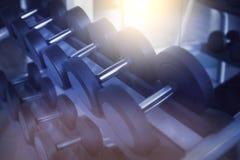 Pesas de gimnasia en club de deportes moderno Equipo de entrenamiento del peso Imagenes de archivo