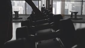 Pesas de gimnasia en el gimnasio almacen de metraje de vídeo