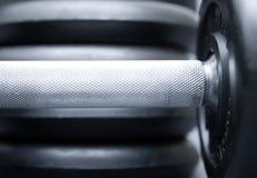 Pesas de gimnasia en gris imagenes de archivo