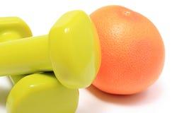 Pesas de gimnasia para usar en aptitud y fruta fresca Imagenes de archivo