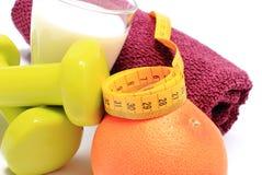 Pesas de gimnasia, toalla para usar en aptitud, concepto para la forma de vida sana y nutrición Fotografía de archivo