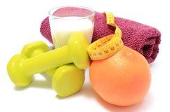 Pesas de gimnasia, toalla para usar en aptitud, concepto para la forma de vida sana y nutrición Fotografía de archivo libre de regalías