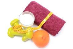 Pesas de gimnasia, toalla para usar en aptitud, forma de vida sana y nutrición Imagen de archivo