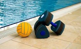 Pesas de gimnasia y bola Foto de archivo