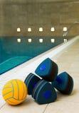 Pesas de gimnasia y bola Imagen de archivo libre de regalías