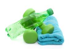 Pesas de gimnasia y botella de agua, toalla Foto de archivo