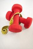 Pesas de gimnasia y cinta métrica Fotos de archivo libres de regalías