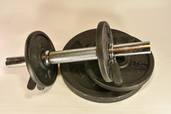 Pesas de gimnasia y discos del peso fotografía de archivo libre de regalías