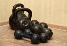 Pesas de gimnasia y kettlebells en el piso - 2 Foto de archivo libre de regalías
