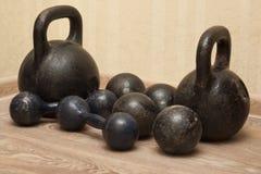 Pesas de gimnasia y kettlebells en el piso - 3 Imagen de archivo libre de regalías