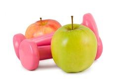 Pesas de gimnasia y manzanas Imagen de archivo