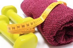 Pesas de gimnasia y toalla para usar en cinta de la aptitud y de la medida Fotos de archivo libres de regalías