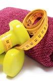 Pesas de gimnasia y toalla para usar en cinta de la aptitud y de la medida Fotografía de archivo libre de regalías