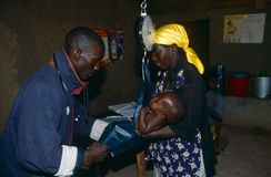 Pesatura del bambino ad un centro di salute in Angola. Fotografia Stock Libera da Diritti