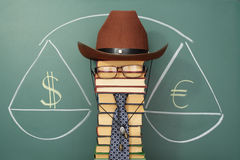 Pesatura dell'euro e del dollaro Immagini Stock Libere da Diritti