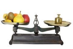 Pesatura della frutta Fotografie Stock Libere da Diritti