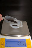 Pesatura della polvere scura Fotografie Stock Libere da Diritti