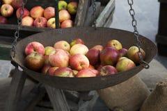 Pesatura delle mele Fotografie Stock