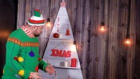 A pesca à corrica do ` s do ano novo em um chapéu de Santa Claus dança e engana ao redor vídeos de arquivo