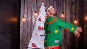A pesca à corrica do ` s do ano novo em um chapéu de Santa Claus dança e engana ao redor filme