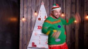 A pesca à corrica do ` s do ano novo em um chapéu de Santa Claus dança e engana ao redor video estoque