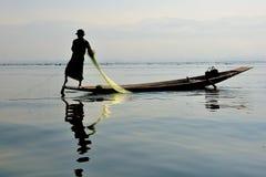 Pescando no lago Inle, Myanmar Fotos de Stock