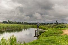 Pesca adolescente del muchacho en el embarcadero de madera Fotografía de archivo libre de regalías
