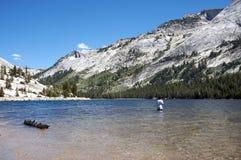 Pesca adolescente en Yosemite Imágenes de archivo libres de regalías