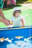 Pesca adorável da menina com seu pai Imagens de Stock