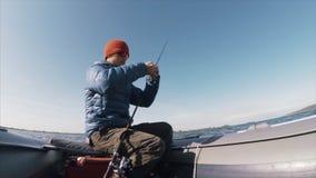 Pesca aficionada del pescador en el lago almacen de metraje de vídeo