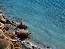 Pesca anziana dell'uomo dall'oceano Fotografia Stock Libera da Diritti