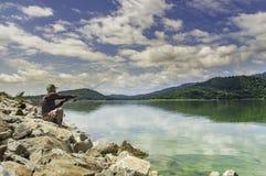 Pesca asiática feliz do homem da chave na montanha alta Imagens de Stock