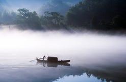 Pesca-barca sul lago Dongjiang Immagine Stock