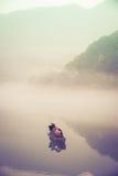 Pesca-barca sul lago Dongjiang all'alba fotografia stock libera da diritti