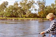 Pesca com mosca do aposentado em um rio fotografia de stock royalty free