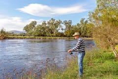 Pesca com mosca do aposentado em um rio imagens de stock royalty free