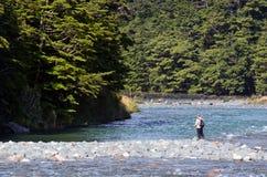 Pesca com mosca do pescador em Fiordland Fotos de Stock Royalty Free