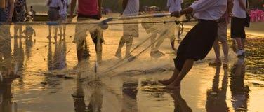 Pesca con el grupo de pescadores de Hainan que recolectan la red Imágenes de archivo libres de regalías