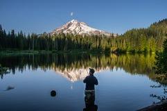 Pesca con la mosca all'ombra del cappuccio di Mt fotografia stock