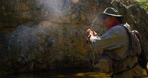 Pesca con la mosca del pescatore in fiume video d archivio
