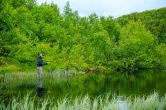 Pesca con la mosca sul lago mountian Fotografie Stock Libere da Diritti