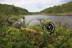 Pesca con mosca, barra, carrete, río salmonero, pescador Imagen de archivo libre de regalías
