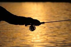 Pesca con mosca de la puesta del sol del verano fotos de archivo